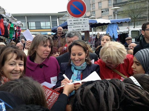Ségolène Royal en visite à Sartouville signe des autographes - © N. Gaborit