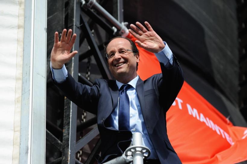 Après son discours, François Hollande vient saluer la foule à Vincennes - © Razak