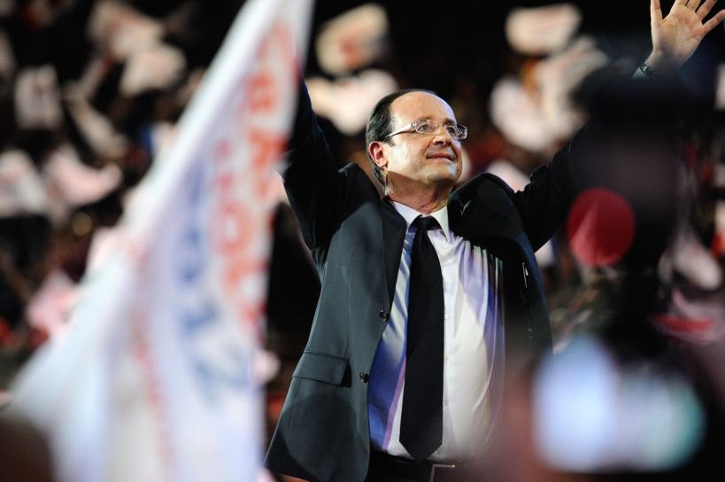 François Hollande et le signe de la victoire maintes fois répété, ici à Bercy - © Razak