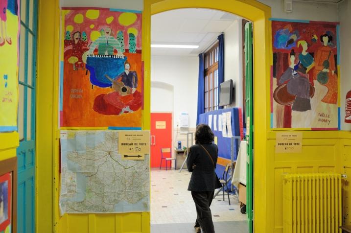 L'entrée du bureau de vote no 50 dans le 13ème Arrondissement de Paris - © Razak