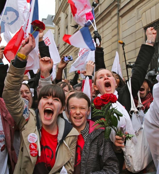 Cris de joie, rue de Solferino à l'annonce de la victoire - cc Mathieu Delmestre / PS